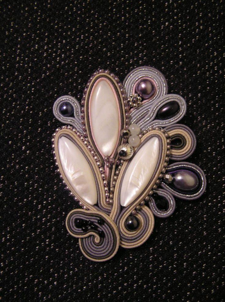 Брошь Перламутровый цветок   biser.info - всё о бисере и бисерном творчестве