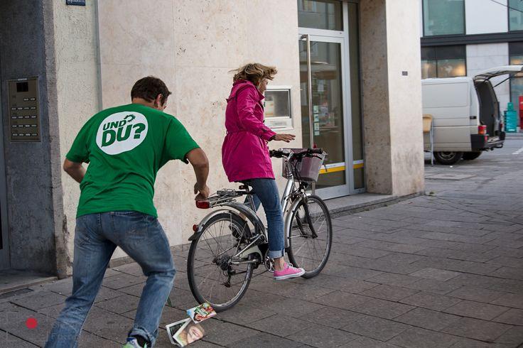 Der ganz normale Wahlkampfalltag bedeutet auch sportlichen Einsatz: Die Radfahrerin wollte gerne den Flyer von Thomas Pfeiffer in den Radkorb gelegt bekommen;-) Gesagt - getan!   Der ganz normale Wahlkampfalltag. Die Fotografin @simone en voiture en voiture Naumann und ich begleiten Thomas Pfeiffer bei seiner Wahlkampftour. Wir begegnen dem Menschen und Politiker im Endspurt der Landtagswahlen in Bayern / München.  Sein Ziel lautet: #Platz22 #Wahlstory