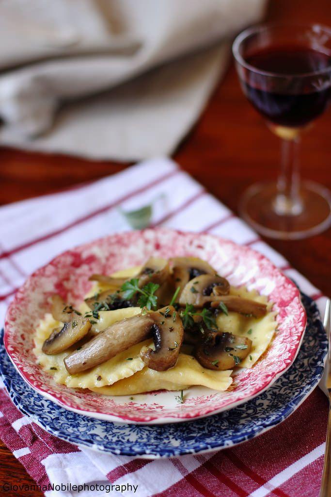 Ricotta, funghi e nocciole, tutti i sapori dell'autunno, racchiuso nei miei ravioli home made. La ricetta? http://www.lacuocaeclettica.it/2016/02/ravioli-con-ricotta-di-pecora-funghi-champignon-e-nocciole-tostate-l-amore-e.html