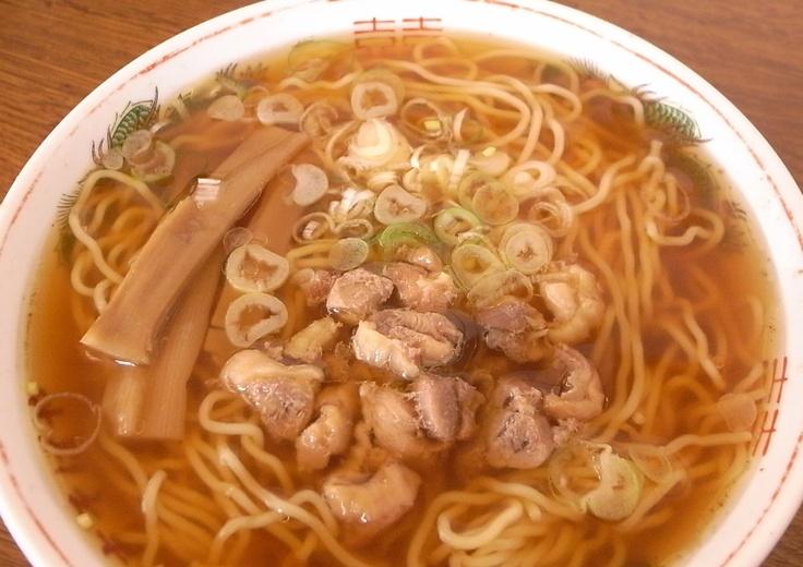 中華そば-鶏がらスープに少し甘めの醤油が効いた、昔ながらの味わい。チャーシューの代わりに歯ごたえの良い親鶏が入っているのが特徴。 Cyuuka-soba