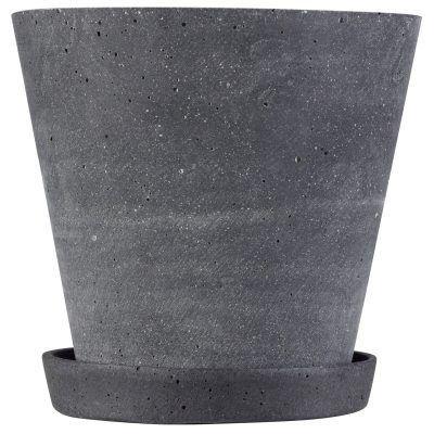 Flower pot krukke fra Hay. En klassisk blomstkrukke med fat laget av Polystone. Krukken har ett naturlig utseende som ligner cement i mørkegrå/svart kul...