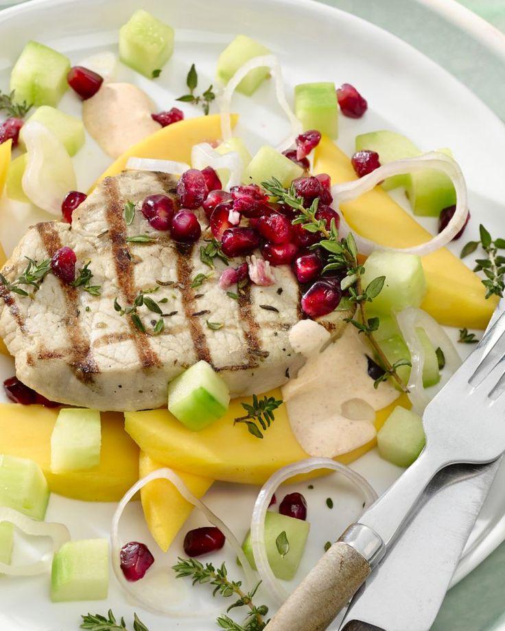 Een zomers gerechtje met gegrild varkensvlees met daarbij een salade van mango, komkommer en granaatappel, afgewerkt met een mayonaisedressing.
