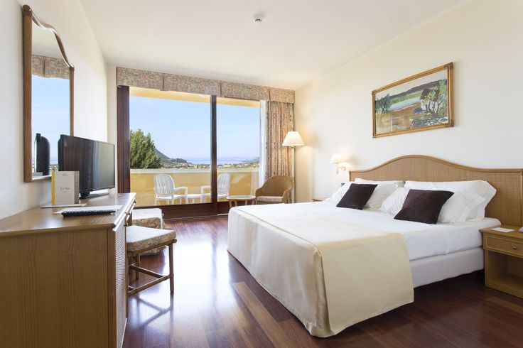 Panorama Room - With an ample lake-view balcony offer the perfect mix of style, comfort and services. The furnishings are of excellent quality: comfortable beds, bathrooms in the delicate colours of local stone with shower–hydromassage (some with tub), hair dryer, telephone, satellite television, safe, minibar, air conditioning and wireless network.