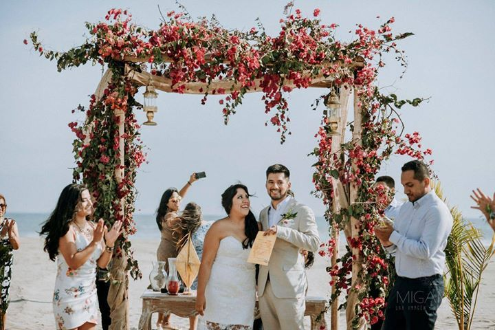 Momentos De Locura Que Te Sorprenden Www Migamah Com Matrimonio Playa Solimar Bodas2018 Bodaenplaya Siquiero Acept Couple Photos Photo Scenes