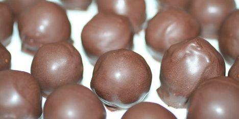 Søde men sunde chokoladekugler med bl.a. dadler, abrikoser og mandler. Det lyder måske ikke som slik, men de er virkelig gode og perfekte som en lille snack.