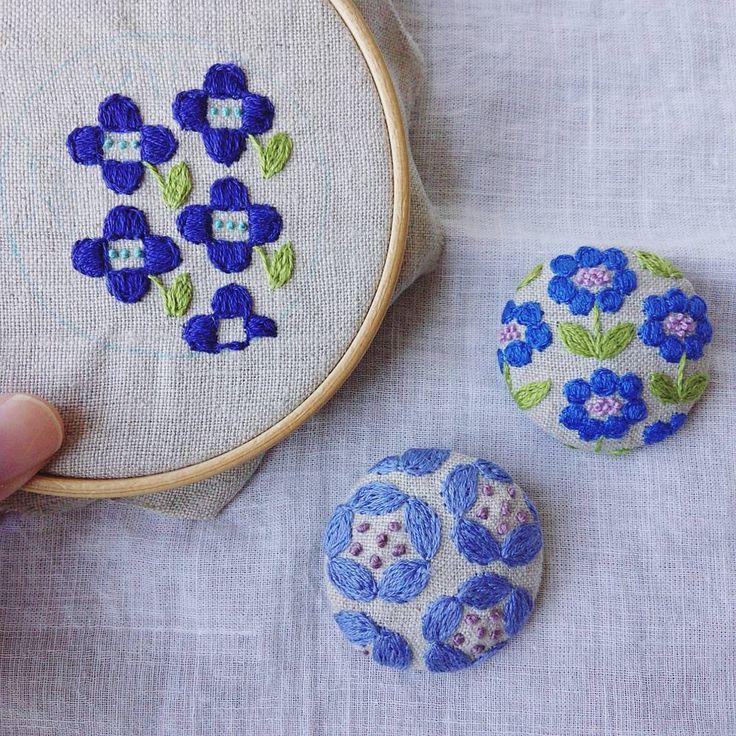 「おはようございます いろんな青でいろんなお花。 今日も製作を頑張ります✊ #刺繍#ブローチ #お花#デザイン #手仕事#ハンドメイド#handmade#kumako365#日々#雑貨#手芸」