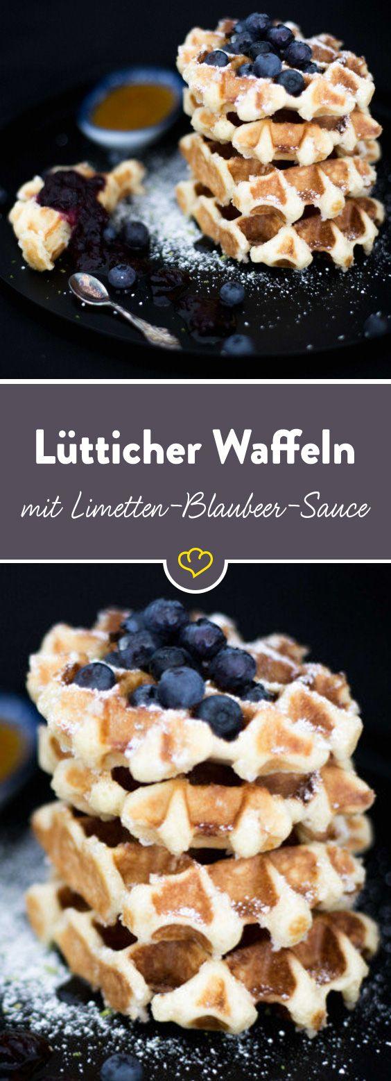 Das Besondere an Lütticher Waffeln - der Hefeteig. Kein Rührteig, sondern ein Hefeteig. Und dann in diesem Fall: die fruchtige Limetten-Blaubeer-Sauce.