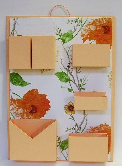 Organizador de materiais de escritório de parede.  Cartonagem com revestimento em tecido (estampa) e papel (liso).  Ideal para não ocupar espaço em sua mesa de escritório. R$ 75,00