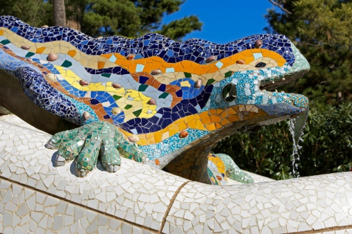 La fuente mosaico del dragón, situada a la entrada del Parc Güell. Diseñado por Antonio Gaudí por encargo del empresario Eusebi Güell en 1900 En 1984, el parque fue declarado patrimonio de la humanidad por la Unesco.