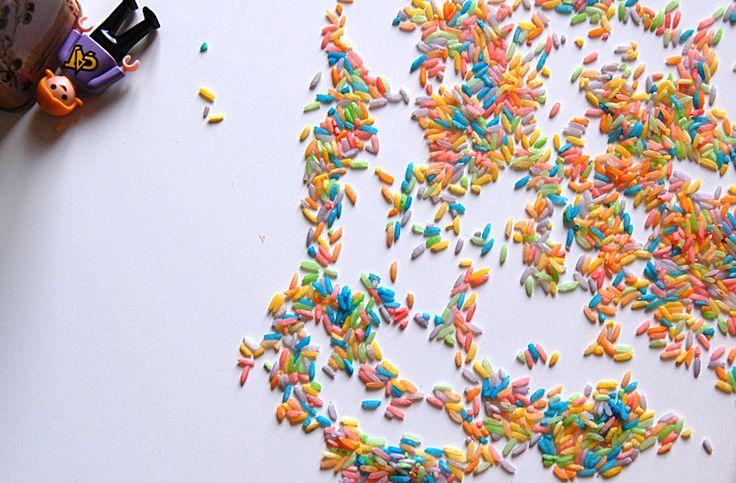Voici encore une idée géniale trouvée sur Pinterest : le riz coloré. C'est du riz cru qu'il faut tout simplement colorer avec des colorants alimentaires, et qui permet aux enfants d'explorer et d'e...
