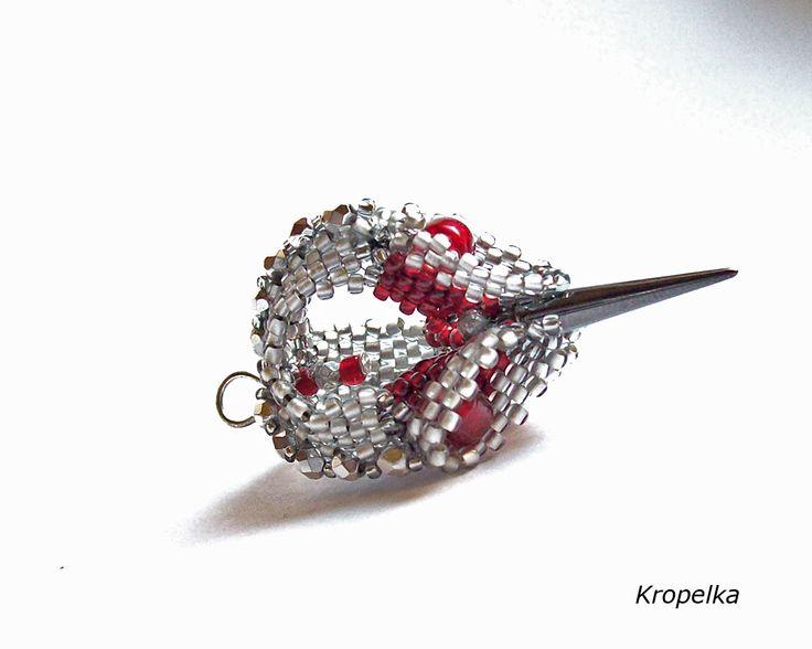 Capsule arcade-geometric beadwork