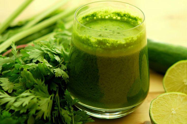 Jugo verde básico para un buen desayuno