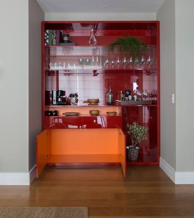 bar-cristaleira-vermelho-marcenaria (Foto:  Thiago Travesso/Divulgação)