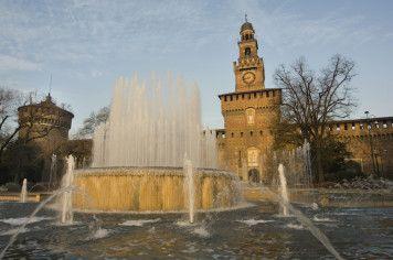Giochi d'acqua fuori dal Castello Sforzesco a Milano