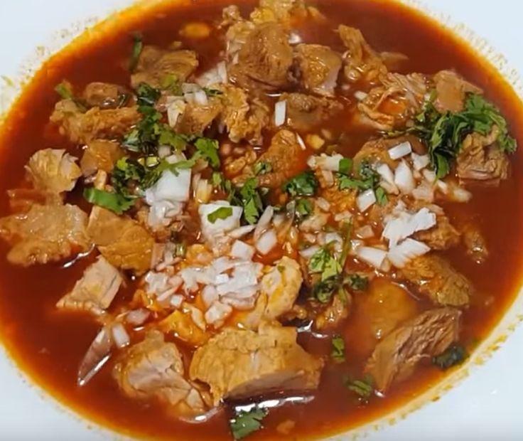 Birria de Res Estilo Michoacá Ingredientes: Para el caldo: 2 kg carne de res 1 cebolla mediana 1 diente de ajo grande 4 hojas de laurel 4 pimientas negras 1 cucharada de polvo de caldo de pollo Sal…