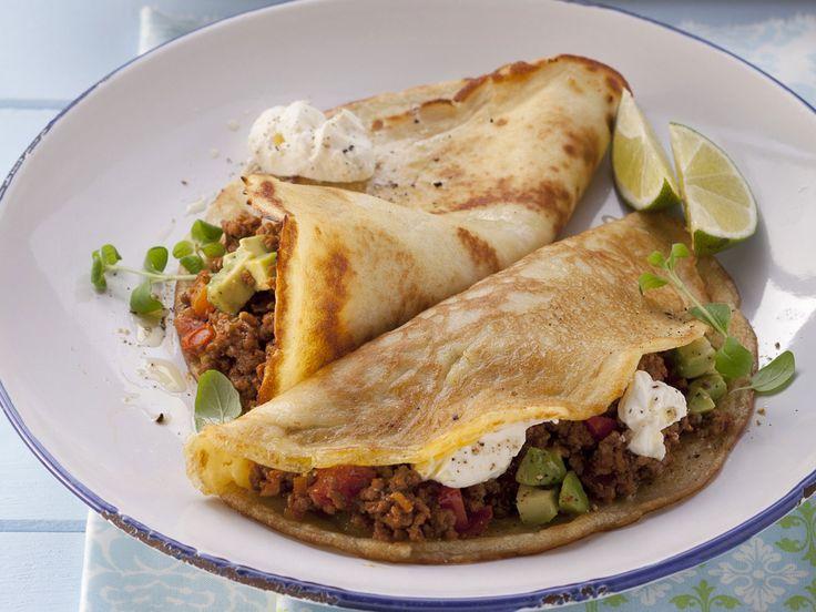 Pfannkuchen mit Hackfleisch-Avocado-Füllung und Sauerrahm - smarter - Zeit: 40 Min.   eatsmarter.de Die mexikanische Variante schmeckt auch sehr gut.