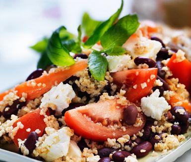 Ett smakrikt och färgglatt recept på nyttig grönsaksbulgur med fetaost. Salladen är vegetarisk och du gör den av bland annat morötter, bulgur, tomat, feta och kidneybönor. Gott med en klick pesto till!