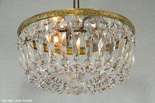 Plafonniere met kristallen 26397 bij Van der Lans Antiek. Meer kristallen lampen…