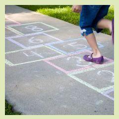 Bei dieser Version des Hüpfekästchens hüpfen die Kinder durch die Wochentage. Als Hilfsmittel benutzen die Kinder einen Stein. Dieses Spiel für Kinder ab 4 Jahren macht sowohl allein als auch mit mehreren Mitspielern Spaß.