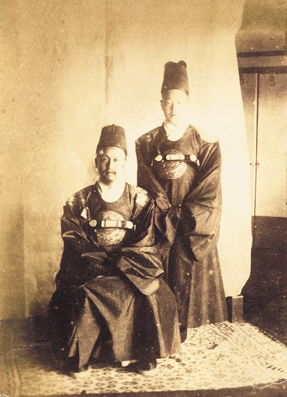 King Gojong and the Crown Prince Sunjong, late 1880s, 13×9.4cm, Collection of The Museum of Photography, Seoul