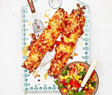 Enchiladas med tomat- och majssalsa är ett mexikanskt recept som både är enkelt och gudomligt gott! Enchiladas gör du av bland annat lök, nötfärs, tomater, sambal oelek, svarta bönor, tortillabröd och riven ost och serverar tillsammans med en välsmakande tomatsalsa. Perfekt till picknicken eller att avnjutas direkt!