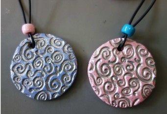Colliers fête de mères, pâte durcissante, peinture acrylique bleue ou rose, peinture argentée