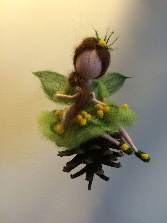 Diese magische Märchen als hell und sanft wie eine Feder-Mimosen. Sie setzt auf den Kegel und Litzen Zopf. Ihr Kleid ist ein helles Grün und dekoriert mit trockenen Naturblumen von Mimosa.  Dies ist ein Feder-Dekor in Ihrem Hause. Dies ist ein originelles Geschenk für diejenigen, die die Schönheit zu schätzen wissen
