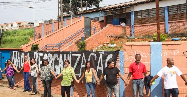 Professores fizeram um abraço simbólico em frente a Escola Estadual Presidente Salvador Allende Gossens, no bairro José Bonifácio, na zona leste de São Paulo. A escola foi ocupada por estudantes na quinta-feira. Professores e alunos são contra o fechamento da unidade