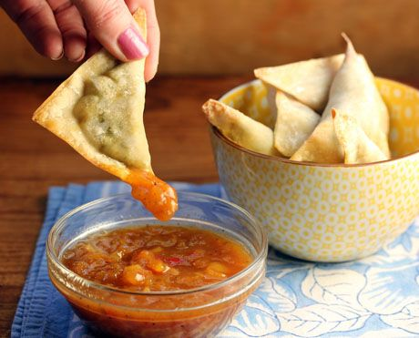Baked samosa wontons filled with potatoes, peas and broccoli (The Perfect Pantry).