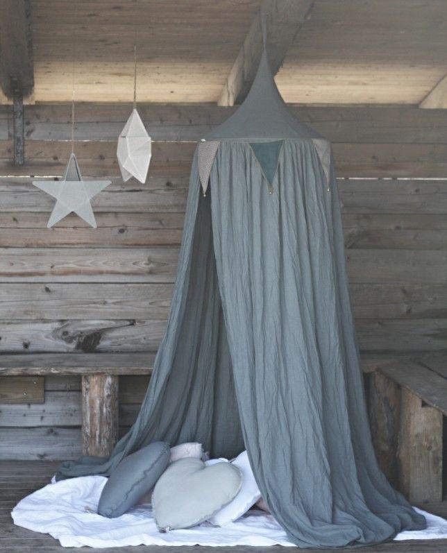 Sänghimmel och vimplar i Ice Blue från Numero 74. The Happy Hill
