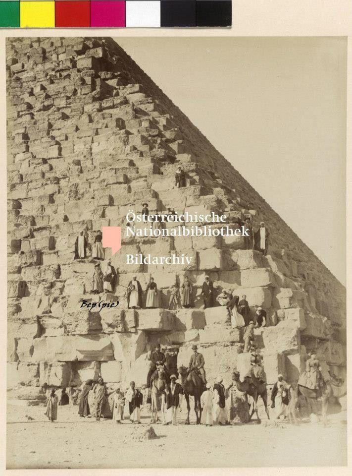 Elisabeth bij piramide van Giseh