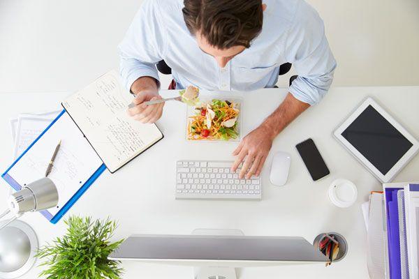 Ο κλινικός διαιτολόγος - διατροφολόγος Χάρης Γεωργακάκης απαντά στο κρίσιμο ερώτημα: «Τι μπορώ να φάω στη δουλειά;»