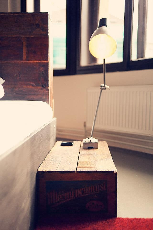 The bedside tables are made of old crates. www.tinquer.com