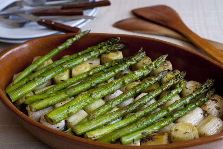 puerros y espárragos asados al horno con tomillo y vino blanco. Acompañados caldo de verduras y vino blanco.