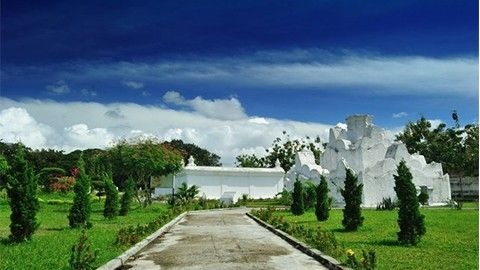Gunongan Aceh : Taman Indah dengan Sejarah. Cek paket wisatanya dengan cara Klik gambarnya ;)