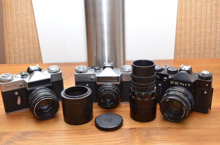 3 Russische camera's van Zenit 2 type;s van de Zenit-E en de TTL uit de jaren '70. Gezien de camera en lensnummers de originele eerste lenzen gemonteerd.  De Zenit-E werd gemaakt van 1965 tot 1986 in diverse type's en uitvoeringen. Bij deze kavel in een normale uit 1973 en een olympische export type 9a uit 1978. Alle werden gemaakt bij KMZ met lensmount m42 doek spleetsluiter met tijden van 30 tot 500 B en diafragma tot f/16. Hij heeft een zoeker slr pentaprisma lichtmeter seleniumcel boven…