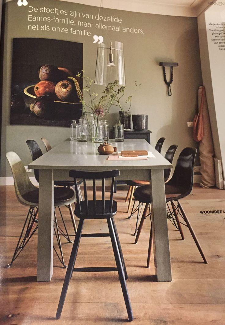 Muur in matte verf en tafel in dezelfde kleur in hoogglans.