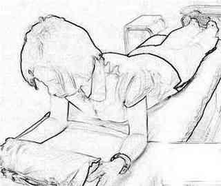 太田邦昭医師式腰痛を改善ストレッチ=アザラシポジションのやり方■  ①肘を立て、背中の力を抜き、臍(へそ)を床に付けて10秒間 yotsu_ota1.jpg  【注】太田医師によれば臍を床に付けておくのが重要なんだそうです。 胸を張ったり、肩に力が入ると背筋にも力が入って腰痛を悪化させるんだそうです。 臍を床に付けるようにすると背筋に力が入らないとのこと。   ②肘を崩して、楽な姿勢で5秒間 yotsu_ota2.jpg   ③①②を5回繰り返す   ④仰向けに寝て膝を曲げた状態で腹筋  息を吸いながらゆっくりと体を起こしていき、  息を吐きながら戻す、これを5回繰り返す yotsu_ota4.jpg   アザラシポジションで縮んだ背筋を伸ばし、背筋を緩めると  背骨を両側で支えている背筋と大腰筋の機能を正常化するんだそうです