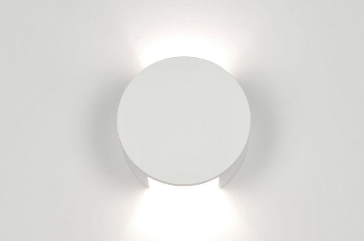 art 71353 Leuke ronde wandlamp gemaakt van wit keramiek. De lamp heeft aan de boven en onderzijde een opening waar het licht doorheen schijnt. http://www.rietveldlicht.nl/artikel/wandlamp-71353-modern-keramiek-wit-mat-rond