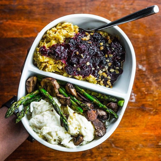 Happy Hump Day! 🙌 My #breakfast (meal 2): egg whites with sautéed asparagus & mushrooms + rolled oats with turmeric & cinnamon and sautéed berries. 😁 Recipe for oats is on @bodybuildingcom site. How did you start your day? Boom. (traduccion abajo) Remember to tune in to today's LIVE Q&A at 2pm ET (1pm CT, 11am PT, 7pm BST) by clicking the link in my profile. You'll get a first look at version 1.1, discuss version 2, Android version and answer FAQs. Tag someone to remind them! Feliz…