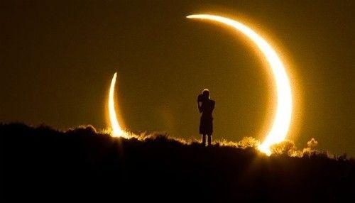 金環日食と皆既日食が同時に訪れる「ハイブリッド金環皆既日食」の美しい画像