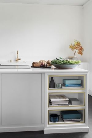 Modernt kök. Köksön, som är en produkt av ett samarbete med Mija Kinning, är stor med bra förvaring. Köksluckan Bistro i färgen vit - Fredrik Paulún | Ballingslöv