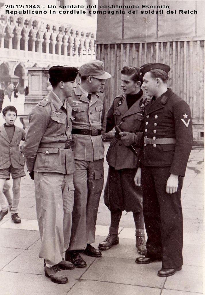 Venise, automne 1943, trois matelots de la Kriegsmarine discutant avec un milicien de la MVSN devenue depuis peu GNR