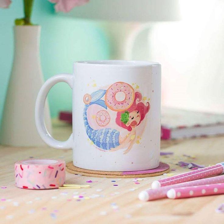 """Mug Mermaid """"Mermaid, donuts & Unicorns. Repeat 3 times and be happy!"""" Código: PMV-001  Taza de porcelana blanca que puede meterse en el microondas y el lavaplatos. Capacidad de la taza 11 onz."""