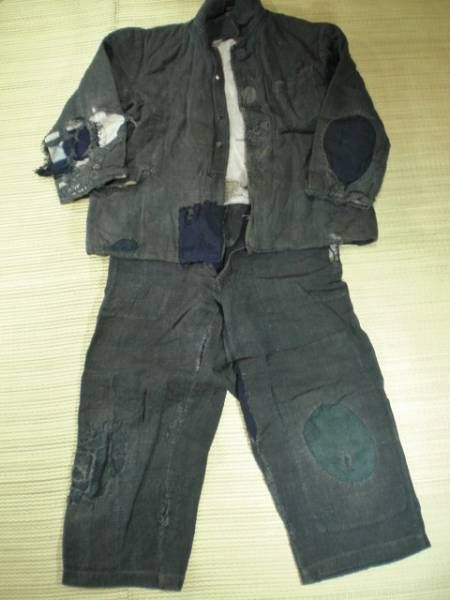 Imagine sending your child to school wearing a ragged uniform like this. So sad really, life must have been very tough for Japanese children and their families during the war years.