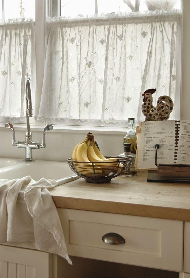 rideau court semi-transparent à motifs fins brodés dans la cuisine