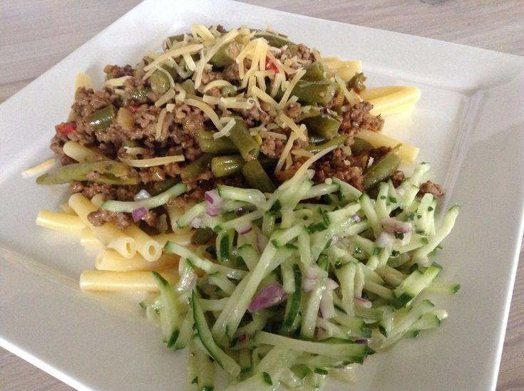 Voor 5 tot 6 personen Ingrediënten 250 gram pasta of rijst 500 gram gehakt 1 ui 1 rode paprika 400 gram boontjes 1 teentje knoflook 3 theelepels paprikapoeder 1