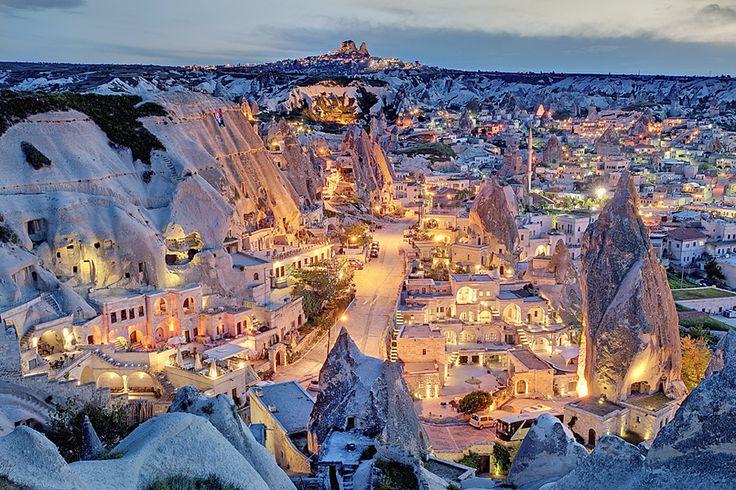 Kappadokien. Wenn es Nacht wird über Göreme, werfen die Straßenlaternen ein geheimnisvolles Licht auf Felsen und Häuser - und lassen den Ort aussehen wie eine Kolonie in den Weiten des Weltraums.