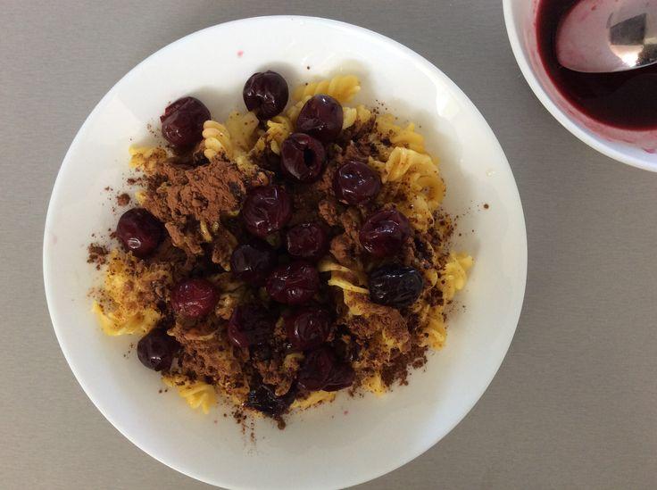 Kukuřičné těstoviny s máslem, nepraženým kakaem a višněmi