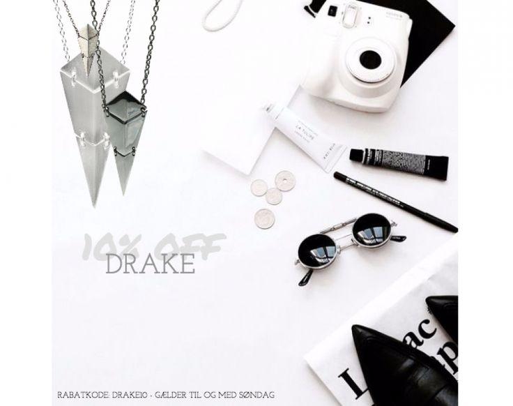 Ugen ud har vi fokus på Drake serien. Derfor får I 10% på både Drake øreringe og halskæder. Det eneste I skal gøre er at klikke ind på linket længere nede, og skrive rabatkoden: Drake10. Kampagnen gælder til og med søndag d. 22/6-16, så slå til nu http://hvisk.com/drake?stylist=c3R5bGlzdHw1Mjc4fDIwMTYtMDUtMTg,